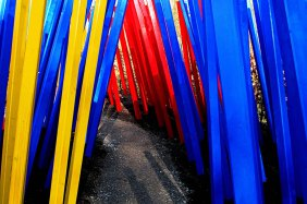Moderne Foto-Kunst - Spalier aus verschieden farbigen Holzlatten