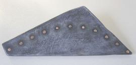 Holz-Objekt, dreiseitig, mit bogenförmig eingesetzten Kupferbolzen.