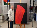 Der Künstler Hans-Dieter Pfundtner vor einem neuen Bild